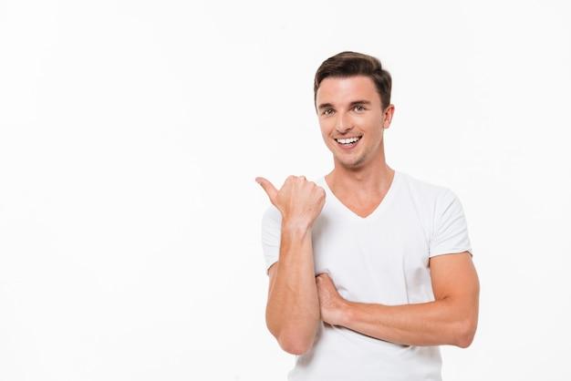 Portret van een vrolijke knappe man in een wit overhemd