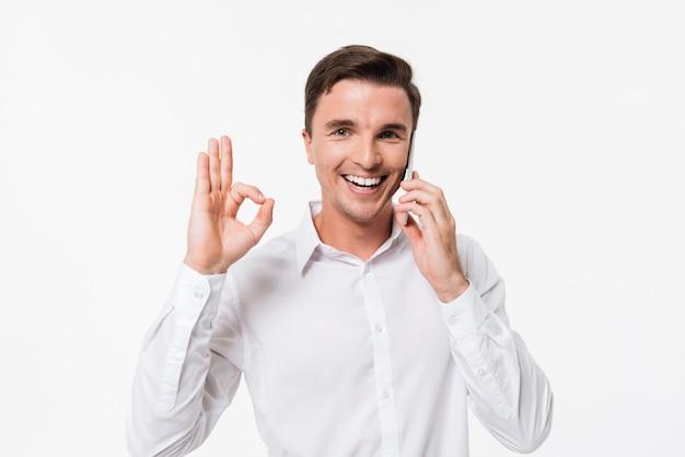Portret van een vrolijke lachende man in een wit overhemd