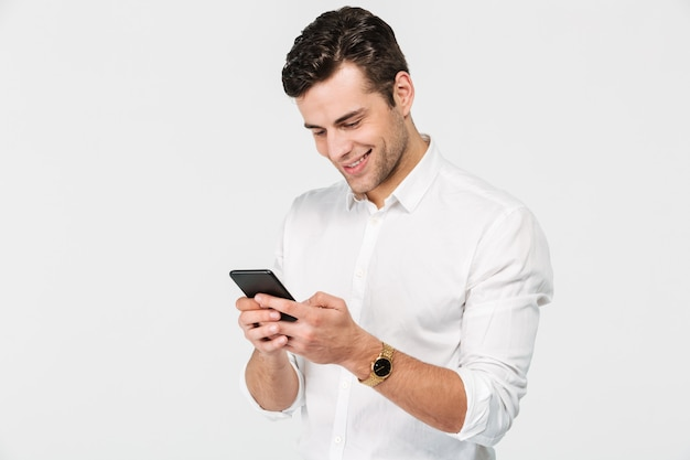 Portret van een vrolijke lachende man in wit overhemd