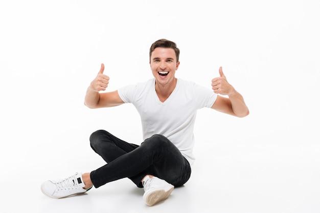 Portret van een vrolijke lachende man in wit t-shirt