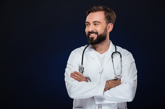 Portret van een vrolijke mannelijke arts gekleed in uniform