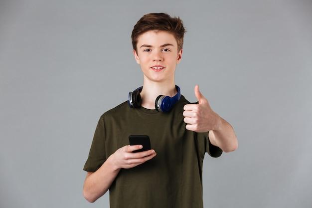 Portret van een vrolijke mannelijke tiener