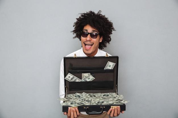 Portret van een vrolijke opgewonden afro-amerikaanse man in zonnebril
