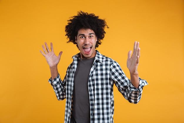 Portret van een vrolijke opgewonden jonge afro-amerikaanse man