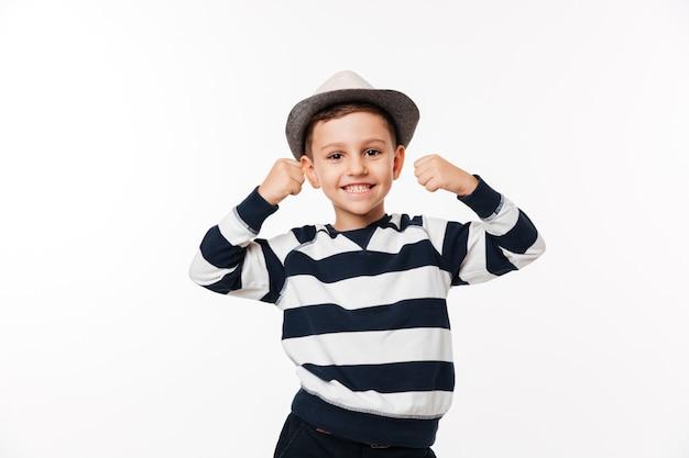 Portret van een vrolijke schattige kleine jongen in een hoed
