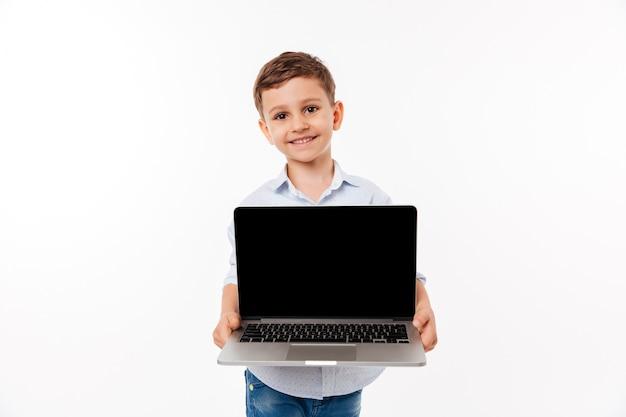 Portret van een vrolijke schattige kleine jongen
