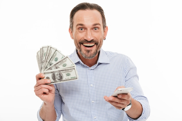 Portret van een vrolijke volwassen man gekleed in shirt