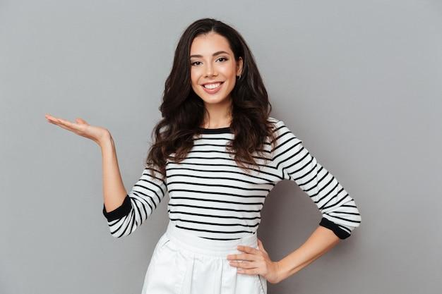 Portret van een vrolijke vrouw, gekleed in een rok