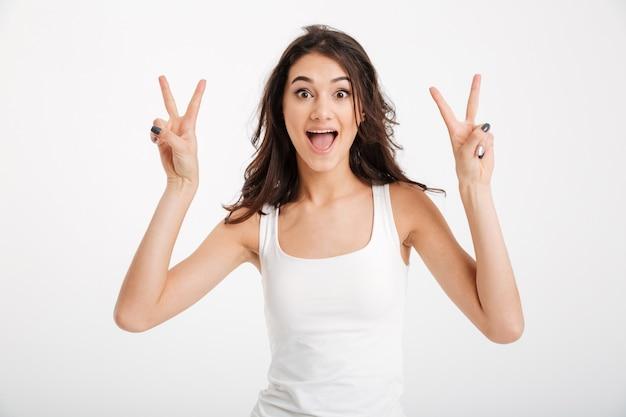Portret van een vrolijke vrouw gekleed in tanktop