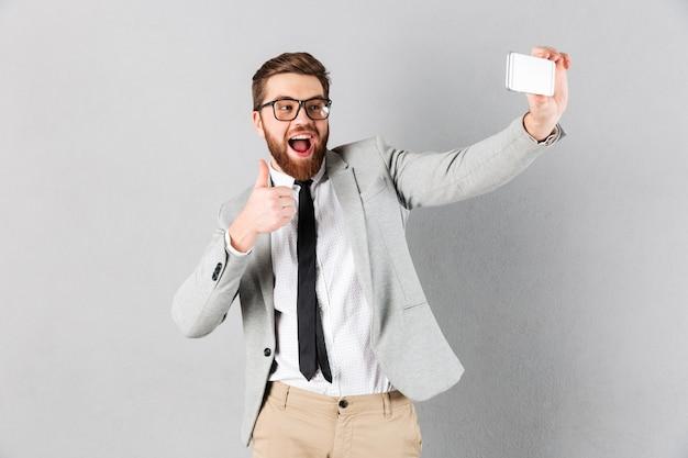 Portret van een vrolijke zakenman gekleed in pak