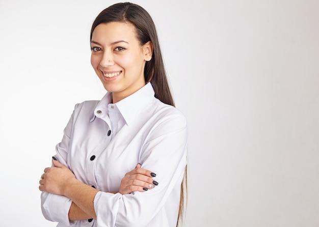 Portret van een vrolijke zakenvrouw en camera kijken