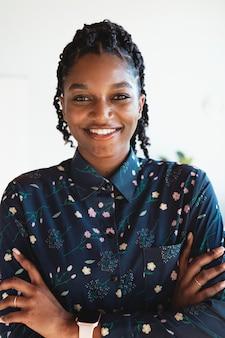 Portret van een vrolijke zwarte dame