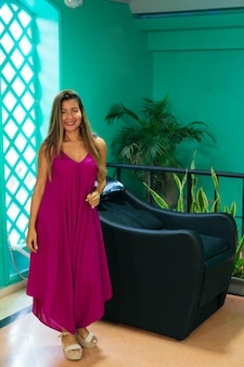 Portret van een vrouw bedrijfseigenaar die in de kapsalon staat. schoonheid en mode, persoonlijke verzorging.