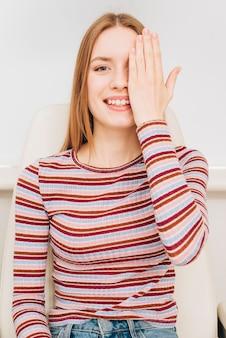 Portret van een vrouw bij de optometrist