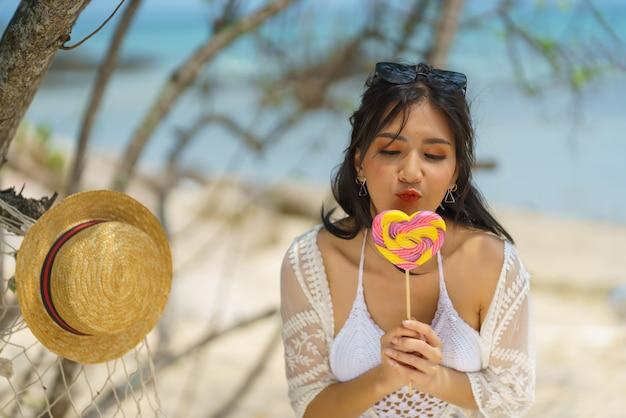Portret van een vrouw buiten poseren op het strand