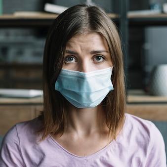Portret van een vrouw die beschermend masker draagt