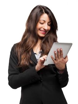 Portret van een vrouw die een digitale tablet gebruikt