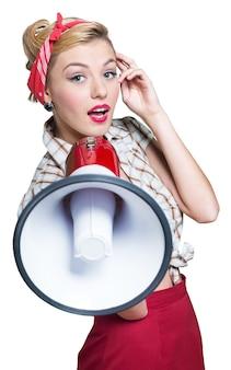 Portret van een vrouw die een megafoon vasthoudt, gekleed in een pin-upstijl