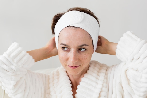 Portret van een vrouw die haar hoofdband gebruikt