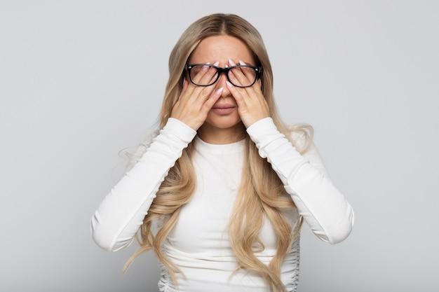 Portret van een vrouw die haar ogen wrijft
