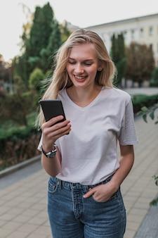 Portret van een vrouw die haar telefoon controleert
