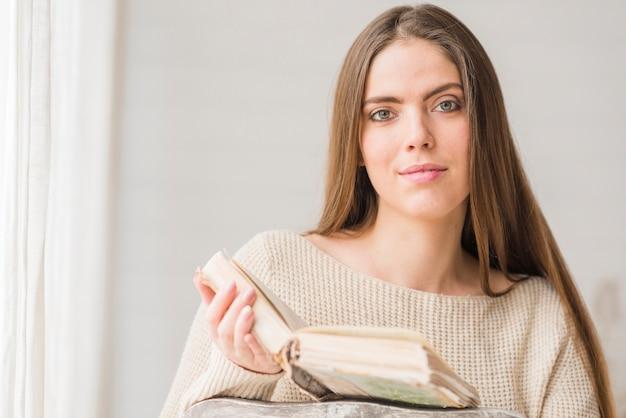 Portret van een vrouw die het boek leest