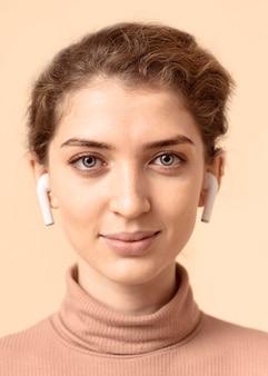 Portret van een vrouw die luchtpeulen gebruikt