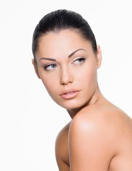 Portret van een vrouw die met mooi gezicht kant kijkt