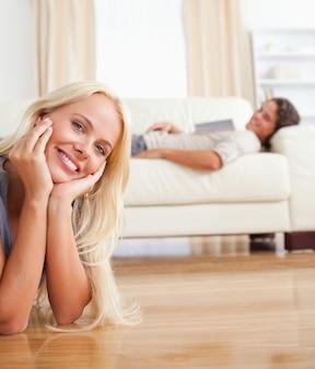 Portret van een vrouw die op de vloer ligt terwijl haar fiance is met