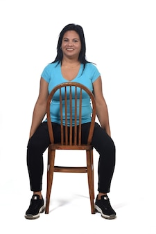Portret van een vrouw die op een stoel zit en de stoel is wit aangezet