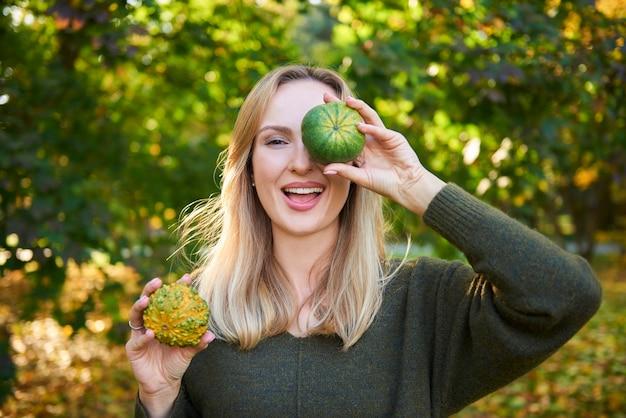 Portret van een vrouw die plezier heeft met pompoen