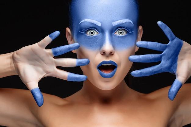 Portret van een vrouw die poseren bedekt met blauwe verf