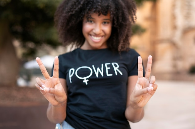 Portret van een vrouw die protesteert voor haar rechten