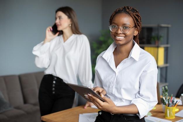 Portret van een vrouw die werkt in een startend bedrijf