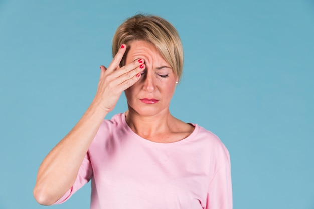 Portret van een vrouw die zijn hoofd in pijn houdt