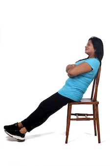 Portret van een vrouw die zit en ontspant op een stoel op een witte achtergrond,