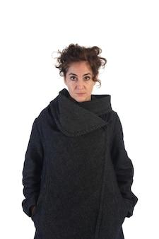 Portret van een vrouw gekleed in de winter