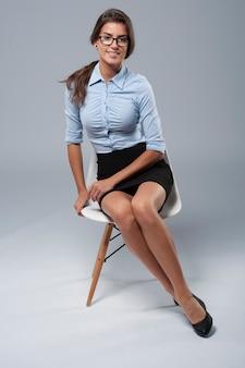 Portret van een vrouw gekleed in formele kleding