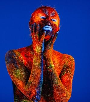 Portret van een vrouw geschilderd in fluorescerend poeder.