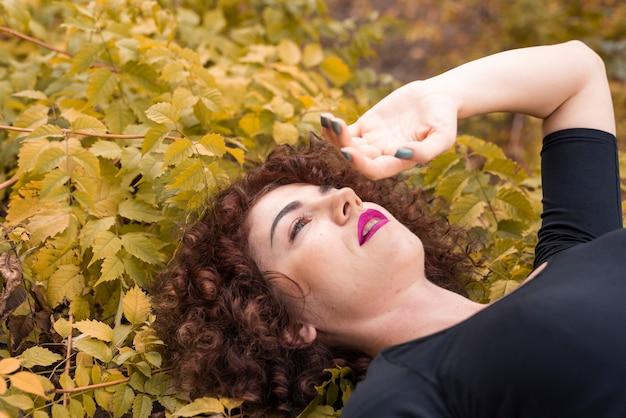 Portret van een vrouw in de natuur
