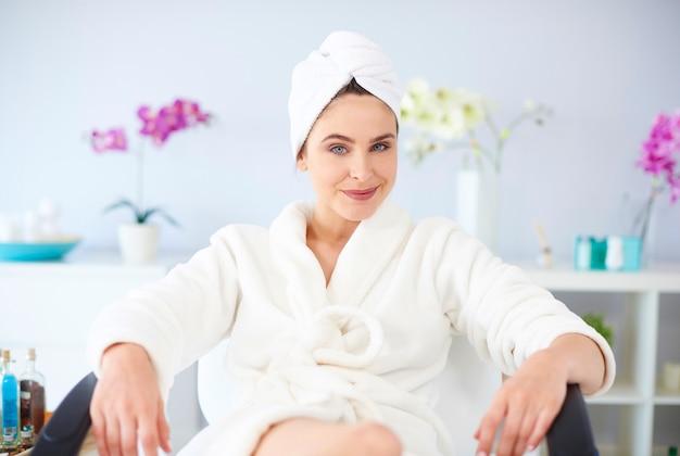 Portret van een vrouw in de spa salon