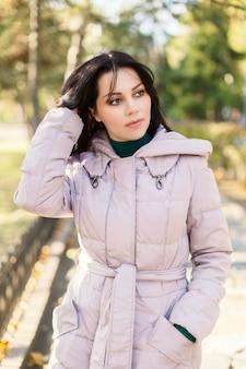 Portret van een vrouw in een beige jas
