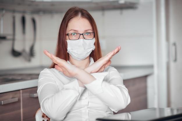 Portret van een vrouw in een medisch masker, persoonlijke beschermingsmiddelen tegen virussen en ziekten