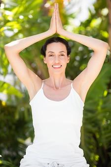 Portret van een vrouw in een meditatiepositie