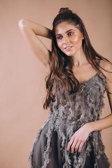 Portret van een vrouw in een mooie grijze jurk