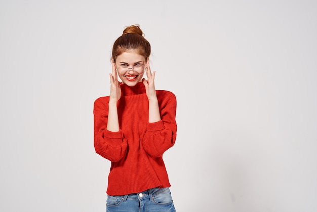 Portret van een vrouw in een rode trui lifestyle lichte achtergrond