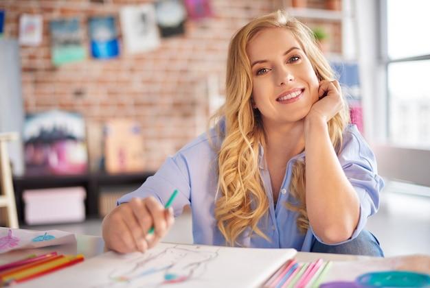 Portret van een vrouw in haar atelier