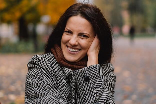 Portret van een vrouw in het de herfstpark