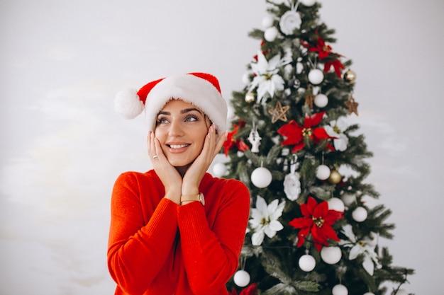 Portret van een vrouw in kerstmuts op kerstmis