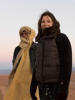 Portret van een vrouw in sahara desert, marokko